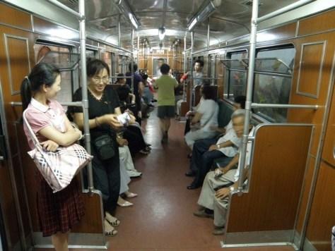 Внутри вагона пхеньянского метрополитена.
