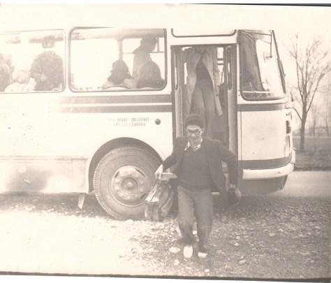 Болат Сауранбаев выходит из автобуса.
