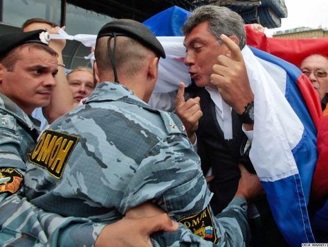 Борис Немцов в окружении омоновцев.