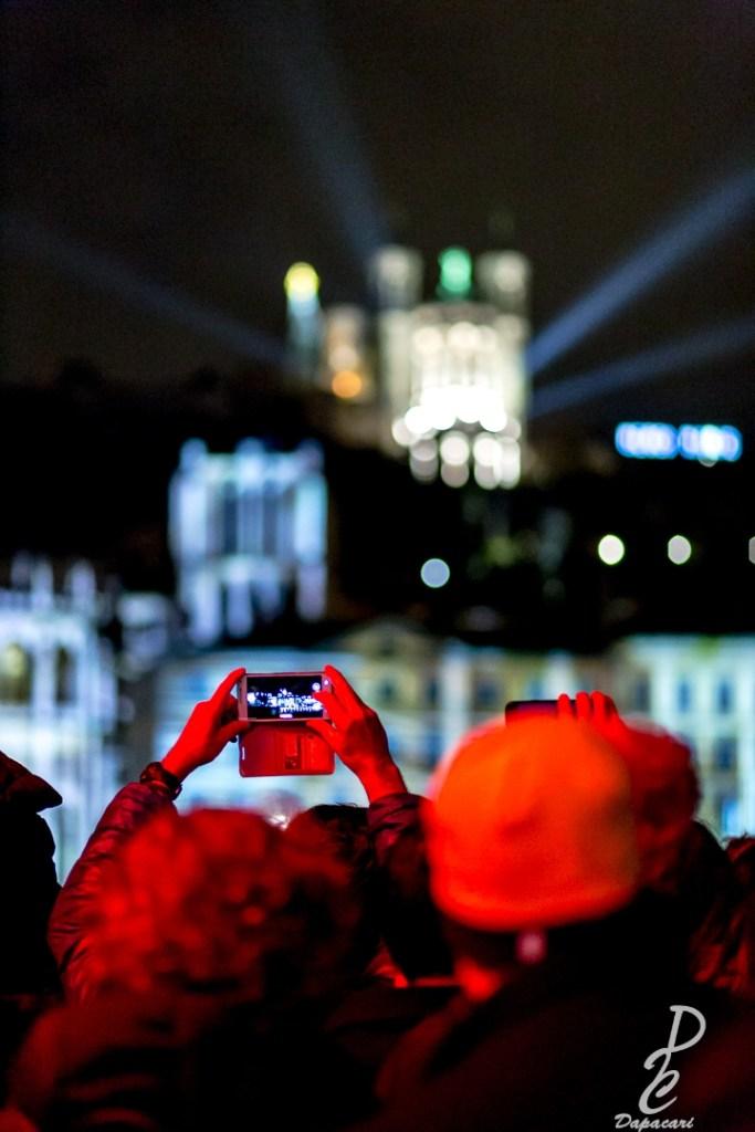 quai de saone vue et mise au point sur un portable entrain de photographier la fête des lumières de lyon 2018 fourvière flou