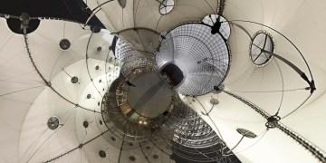 Sous la Grande Arche de La Défense