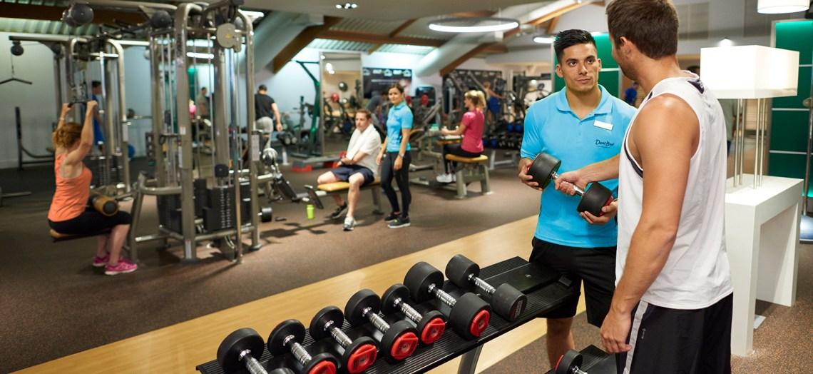 beginner-weight-lifter-in-gym