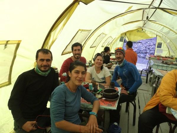 zirve sonrası ana kamp dostlar ile sohbet..JPG