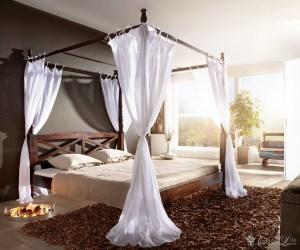 Eine herrschaftliche Schlafgelegenheit - nicht nur für Adlige. Die Himmelbett-Konstruktion ist in aufwendiger Schreinerarbeit gefertigt. Zusätzliche Tücher in Weiss beleben das Erscheinungsbild und bringen das dunkle Sheeshamholz wunderbar zur Geltung.