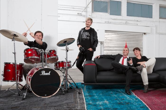 Gruppe mit Schlagzeug