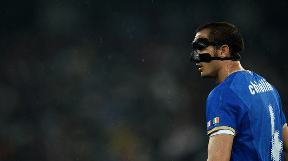 Goleiro utilizando um protetor facial na copa do mundo da África