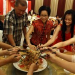 Family-Sharing-the-Chinese-New-Year-Food