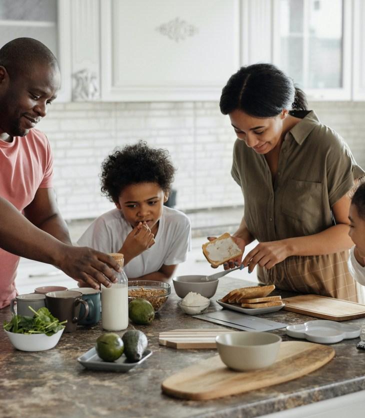 crianças podem ajudar na cozinha