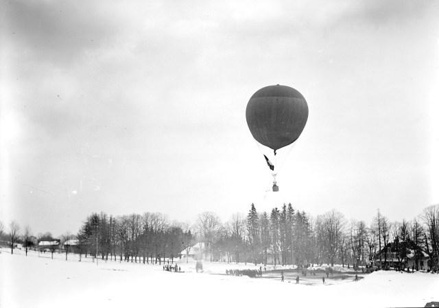 Dampfwinde_und_hochsteigender_Fesselballon_-_CH-BAR_-_3238359.tif