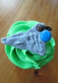 A cupcake decorated with a kokako.