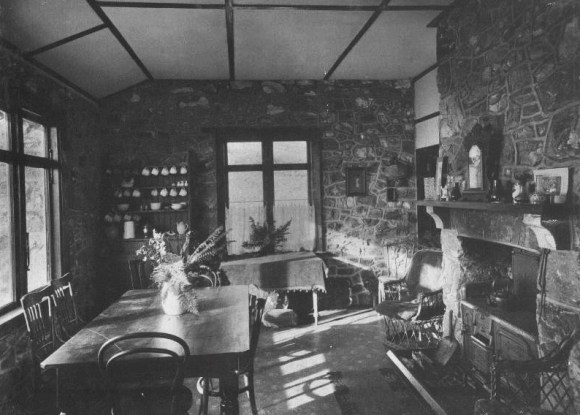 Interior of Packhorse Hut in 1920. Photo: Christchurch City Libraries.