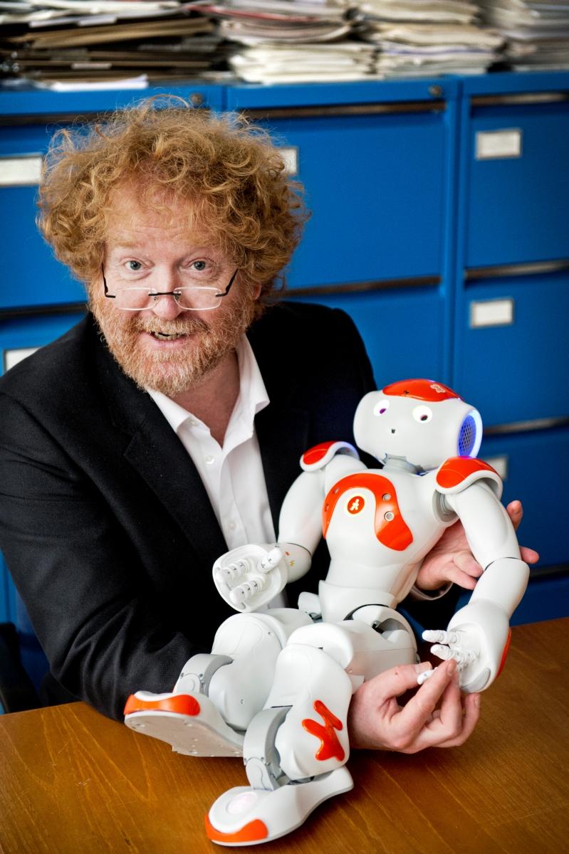 Pim Haselager met robot Nao