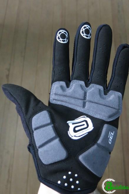 Muitos fabricantes inserem bolsas de gel na palma da mão, oferecendo mais conforto.