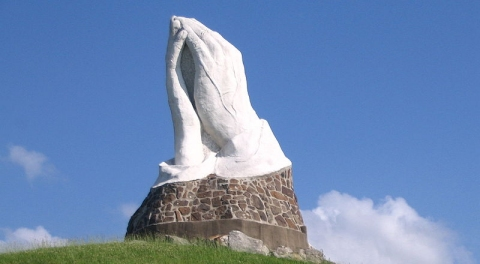 The praying hands statue in Web City, Missouri  (click for credit)