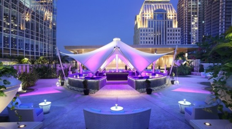 33 Degree Skybridge Lounge & Bar paling romantis via www.indoindians.co