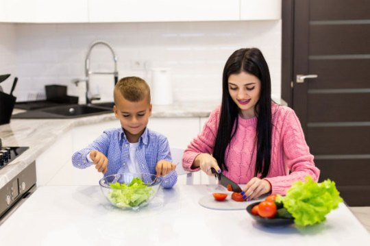 Anak Laki-laki Main Masak-Masakan via freepik ala tim duniamasak.com