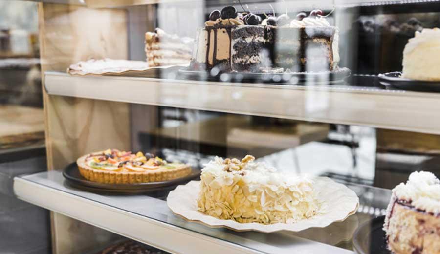 Bisnis kue dengan cake showcase via freepik ala tim duniamasak