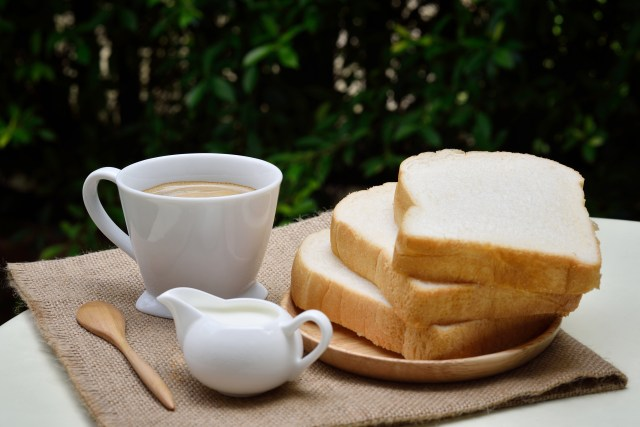 Mengonsumsi Roti Tawar via www.pexels.com