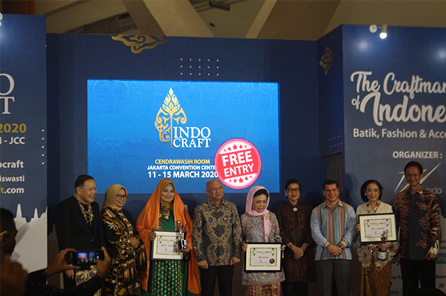Pemberian penghargaan kepada Bunda Etnik INDOCRAFT 2020 dok. duniamasak