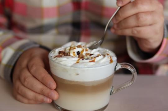 Jenis kopi susu caramel kekinian via unsplash.com ala duniamasak