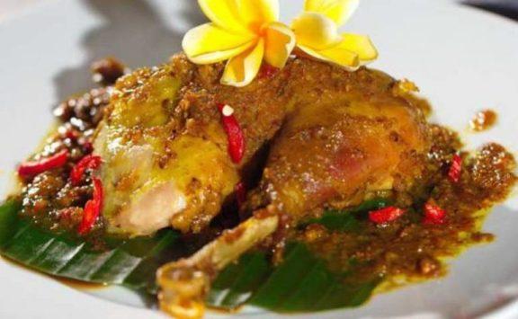 Makanan khas hari raya nyepi Ayam Betutu via merdeka.com ala duniamasak