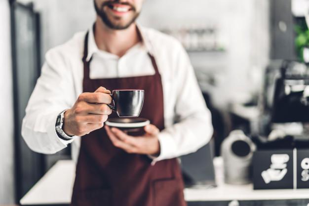 Menjadi Barista membuat kopi via freepik ala duniamasak