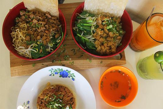 Perbedaan mie ayam, yamin dan yammie Mie ayam jamur & mie ayam jawa dok. duniamasak (Kuliner Mie - AL)