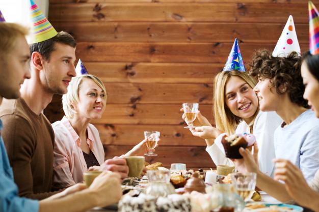 Tips menata meja makan tamu undangan via freepik ala duniamasak