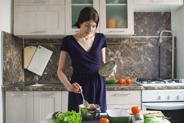 wanita karir juga bisa memasak via shutterstock