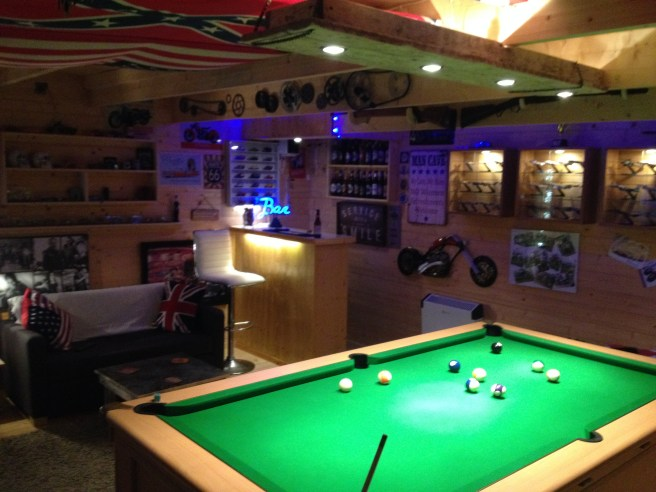 Modetro Log Cabin with corner bar and pool table