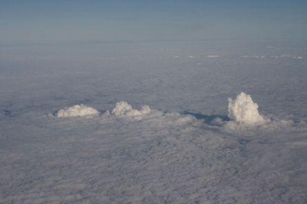 Wolken aus den Kühltürmen der Kraftwerke Frimmersdorf (links), Neurath (Mitte) und Niederaußem (rechts) über der Wolkenschicht