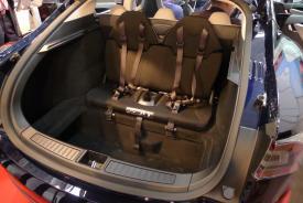 Riesiger Kofferraum des Tesla Model S inklusive zwei zusätzlicher Sitze für Kinder, sodass bis zu 7 Personen Platz finden.