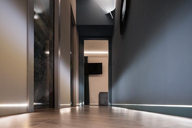 Il battiscopa filo muro nel corridoio del faro