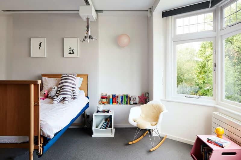 Camera da letto di una bambina con difficoltà motorie e dispositivi Hoist