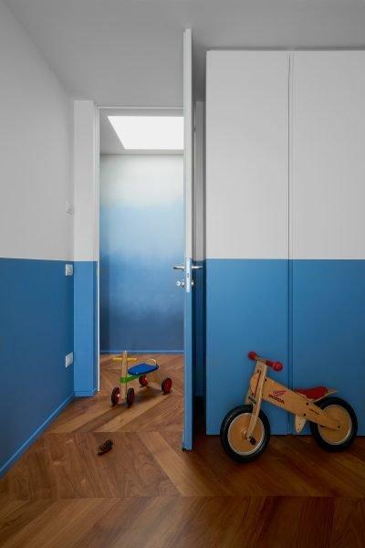 Camera dei bambini con pareti bianche e blu
