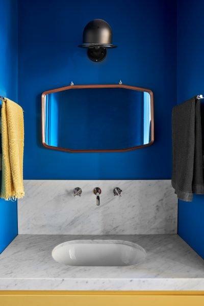 bagno con pareti blu e inserti gialli