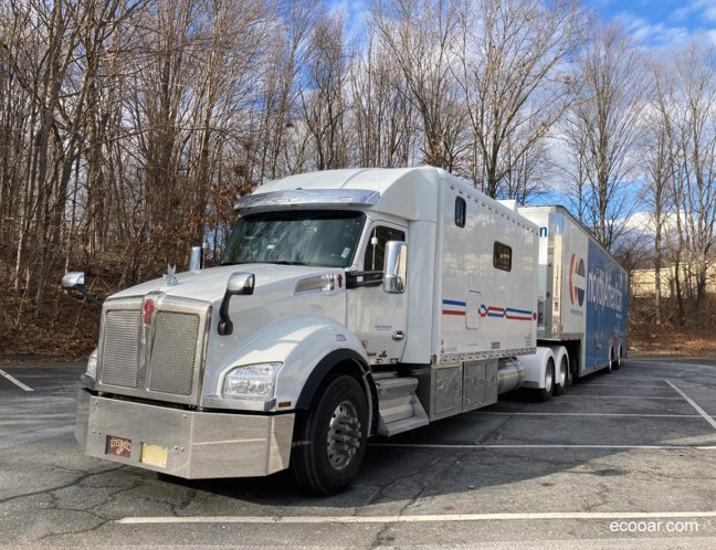 Foto mostra caminhão em Portland em meio a árvores