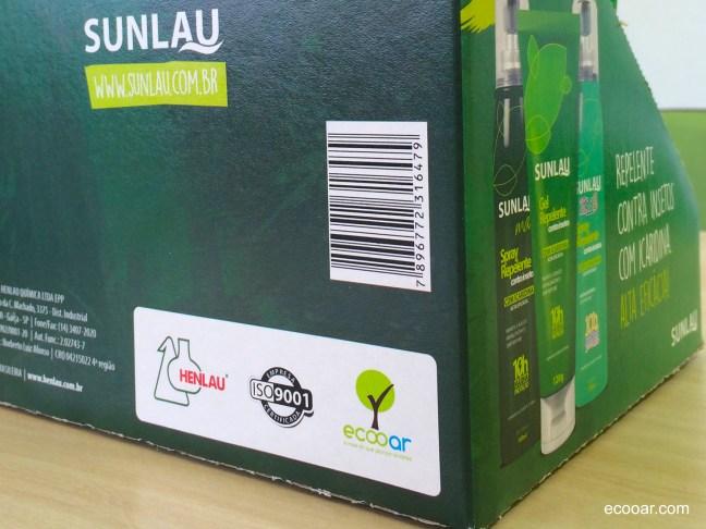 Foto mostra caixa da empresa Sunlau/Henlau com selo verde na parte de trás em destaque