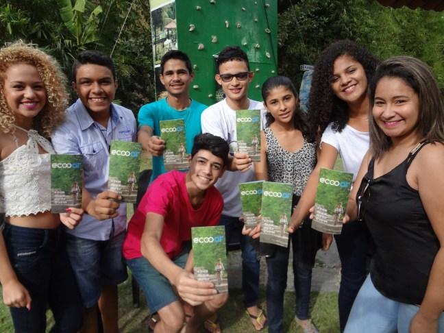 Foto mostra crianças segurando folder da Ecooar, em uma das inúmeras apresentações do Cinesolar