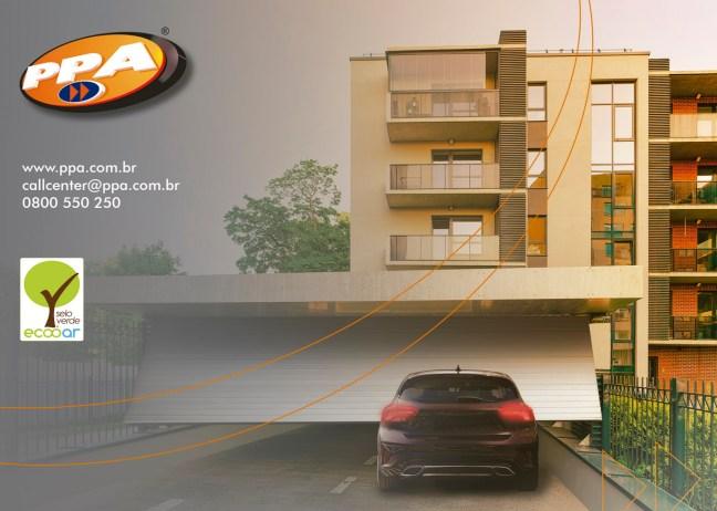 Imagem mostra prédios ao fundo, com carro estacionado em frente ao portão com um dos automatizadores da empresa, com o logo da PPA e da Ecooar