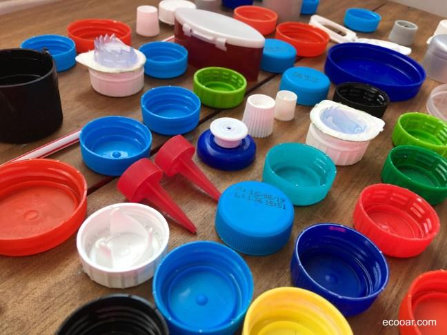 Foto mostra tampas de plástico materiais sobre um fundo de madeira