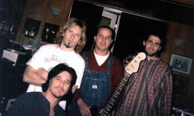 Foto mostra músicos Eric Singer, Paulo Otavio, Celso Salim e Gilby Clarke preparando-se para tocarem rock and roll