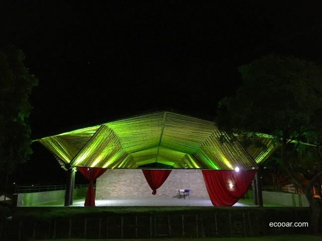 Foto noturna mostra palco do Centro