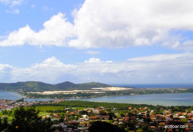 Foto mostra Florianópolis vista do alto do mirante na Lagoa da Conceição