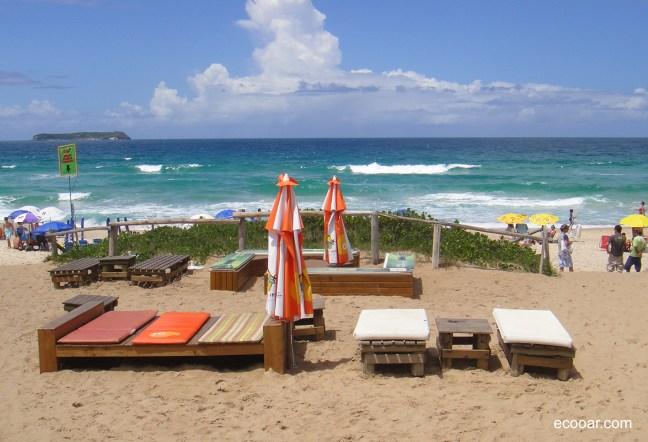 Foto mostra espreguiçadeiras e guardo sol na Praia Mole de Florianópolis