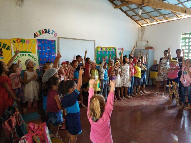 Foto mostra alunos em escola na Bahia recebendo programa do Instituto Melhores Dias