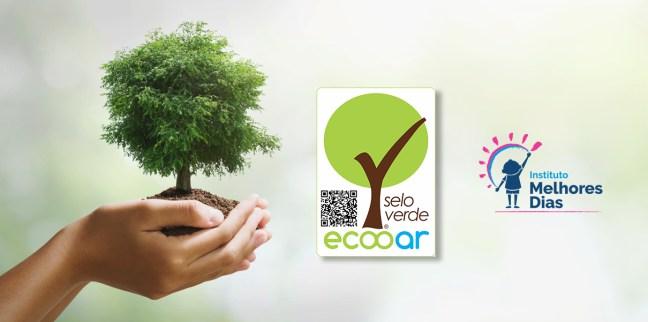 Arte mostra mão segurando um árvore com o Selo Verde Ecooar e logo do Instituto Melhores Dias
