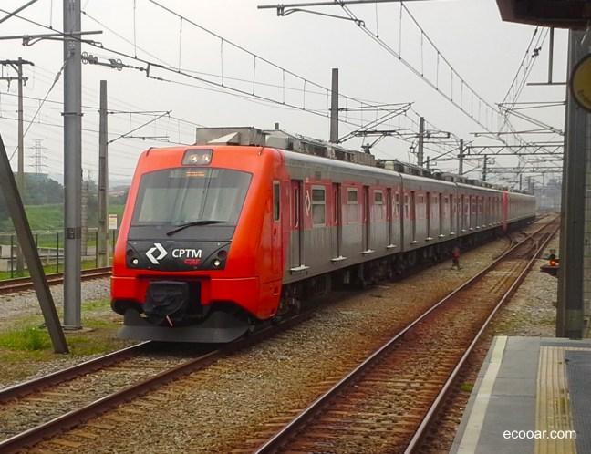 Foto mostra trem da CPTM chegando na estação