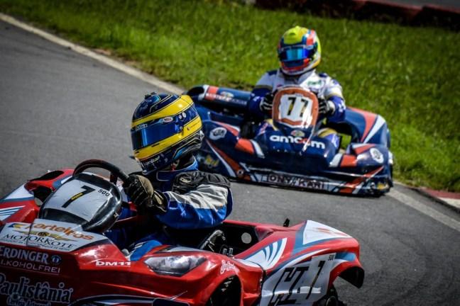 Foto mostra dois karts correndo em curva no autódromo da Granja Viana