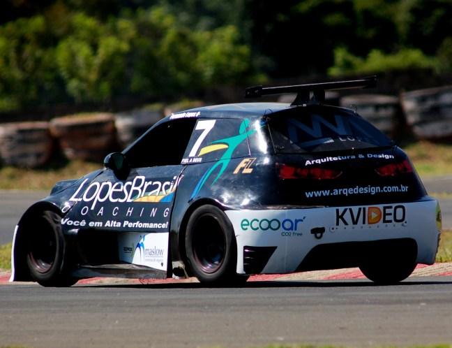 Foto mostra carro de corrida da Stock Jr